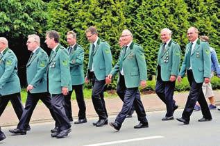 In Grün: Die Schützen marschieren beim Festumzug.